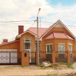 Одноэтажный кирпичный жилой дом. Фото